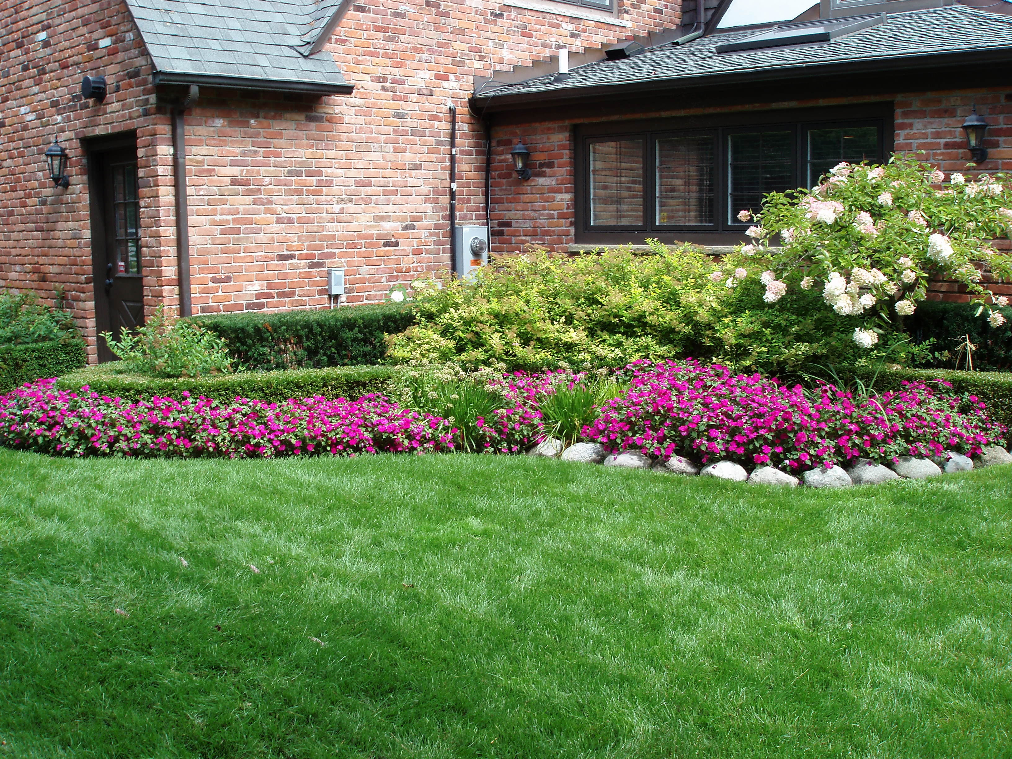 Perennials total lawn care inc full lawn maintenance for Front lawn garden design